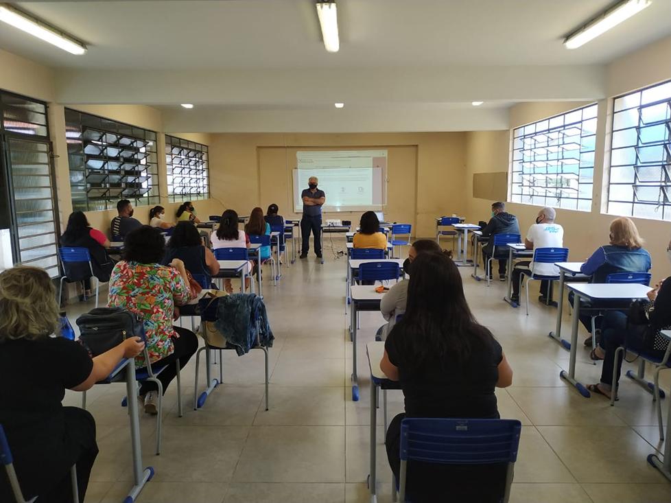 Acamdoze pede inclusão de profissionais da educação no grupo prioritário de vacinação contra Covid